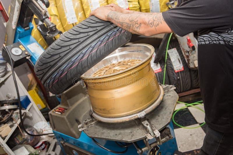 ремонт колеса автомобиля, ремонт тормоза, колесо автомобиля и ремонт тормоза стоковые фотографии rf