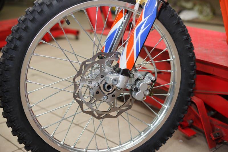 Ремонт колеса мотоцикла после утечек автошины или повреждения диска стоковые фотографии rf