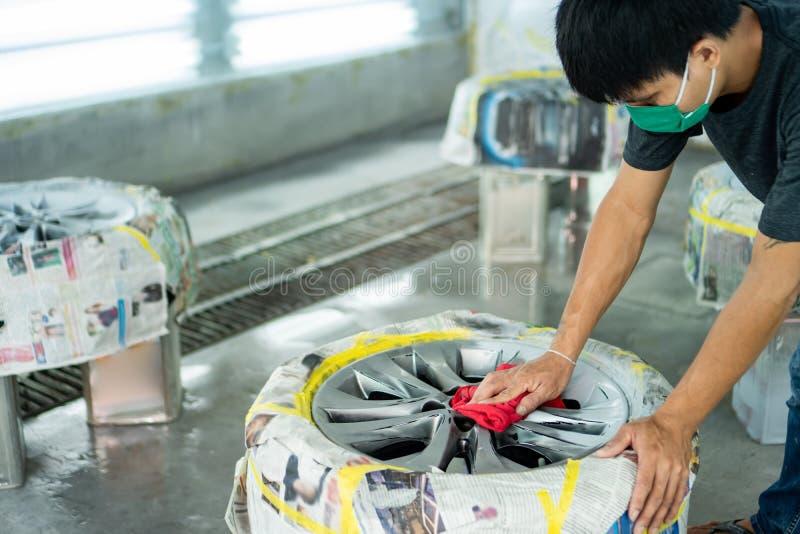 Ремонт колеса, ремонтник колеса стоковая фотография rf