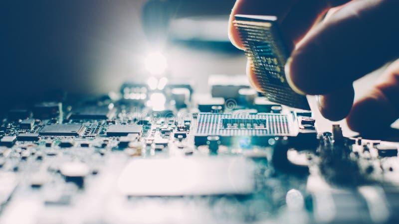 Ремонт компьютерной технологии материнской платы инженера стоковая фотография