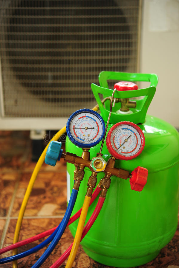 Ремонт кондиционера воздуха стоковое изображение