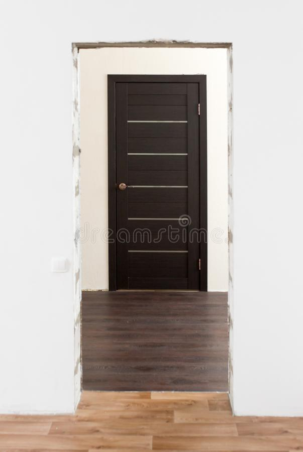 Ремонт межкомнатных дверей в доме стоковая фотография rf