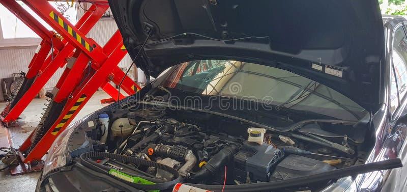 Ремонт обслуживания автомобиля внутри гаража стоковое фото
