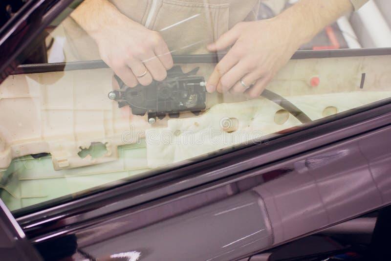 Ремонт рук человека вышел человек ремонта замков автомобиля двери стоковые фото