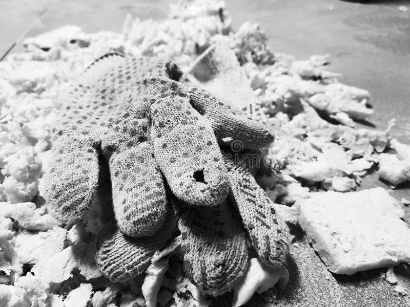 Ремонт - уравновешивать перчатки пены и конструкции на кафельном поле стоковое фото