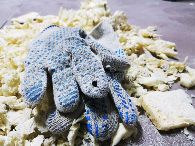 Ремонт - уравновешивать перчатки пены и конструкции на кафельном поле стоковые фото