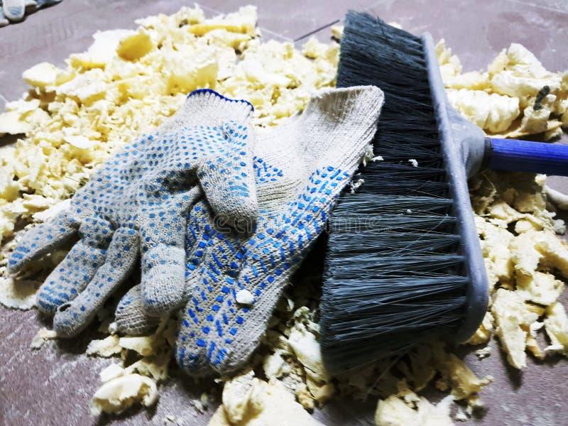 Ремонт - уравновешивать перчатки пены, щетки и конструкции на кафельном поле стоковое фото rf