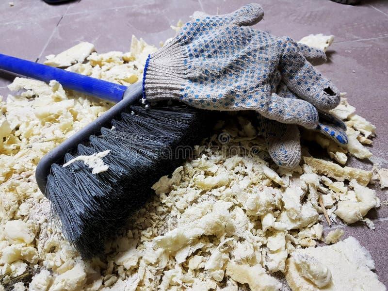 Ремонт - уравновешивать перчатки пены, щетки и конструкции на кафельном поле стоковое изображение
