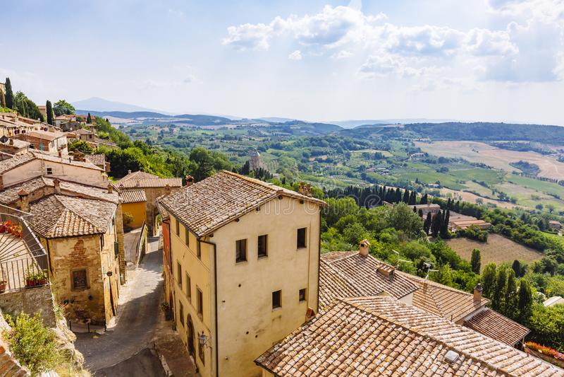Ренессансные дома и поля Montepulciano, Италии стоковое фото