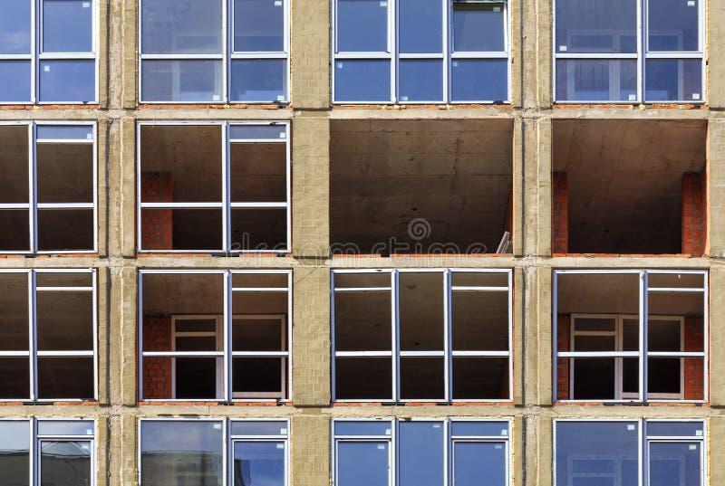 Реновация и замена окон на фасаде современного жилого дома стоковое фото rf