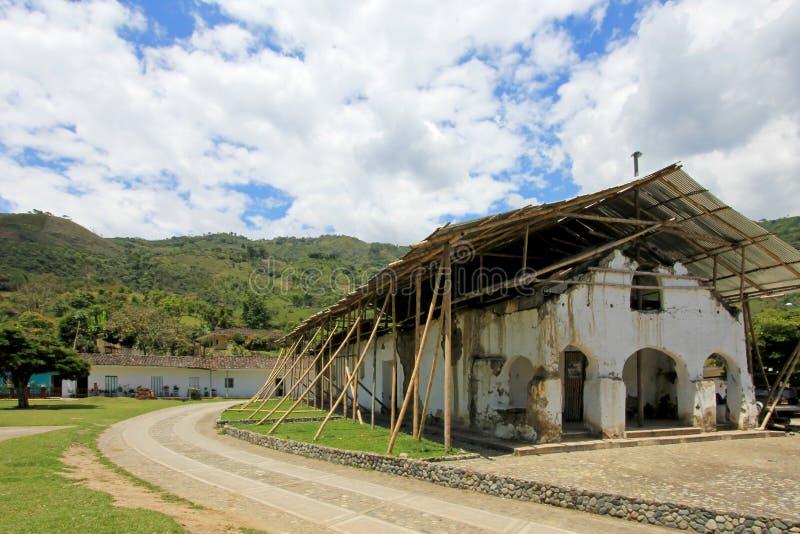 Реновация и поддержка старой церков в San Andres De Pisimbala, Колумбии стоковое фото