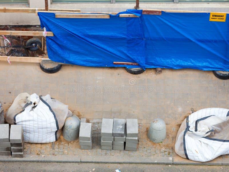 Реновация и ремонт мостоваой улицы города стоковое фото
