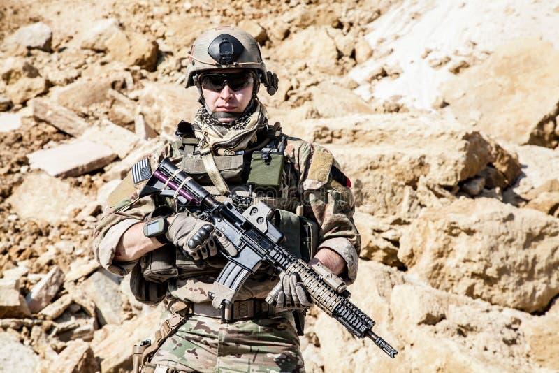 Ренджер армии в горах стоковые фотографии rf
