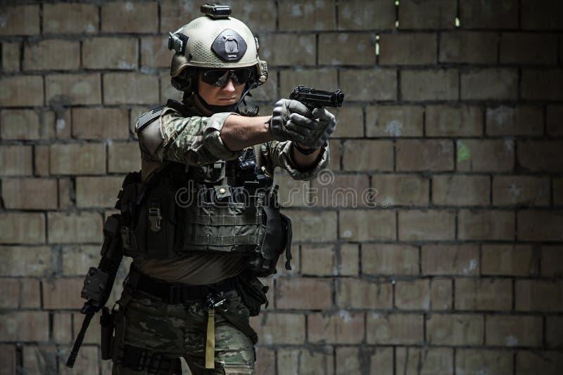 Ренджер армии США направляя пистолет стоковые фотографии rf