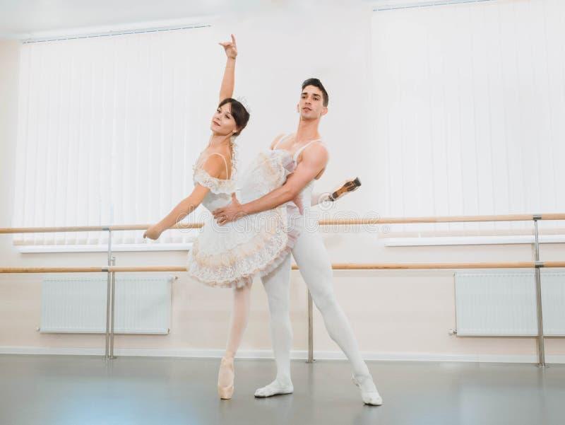Репетиция в зале или студии балета с интерьером минимализма Молодые профессиональные чувственные пары в красивых костюмах стоковые изображения rf