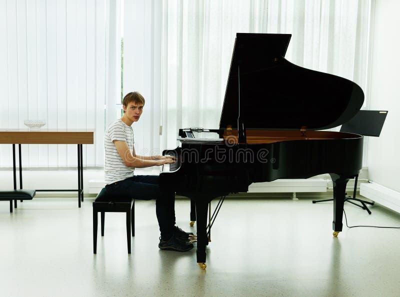 Репетиция перед пианистом концерта стоковое изображение rf