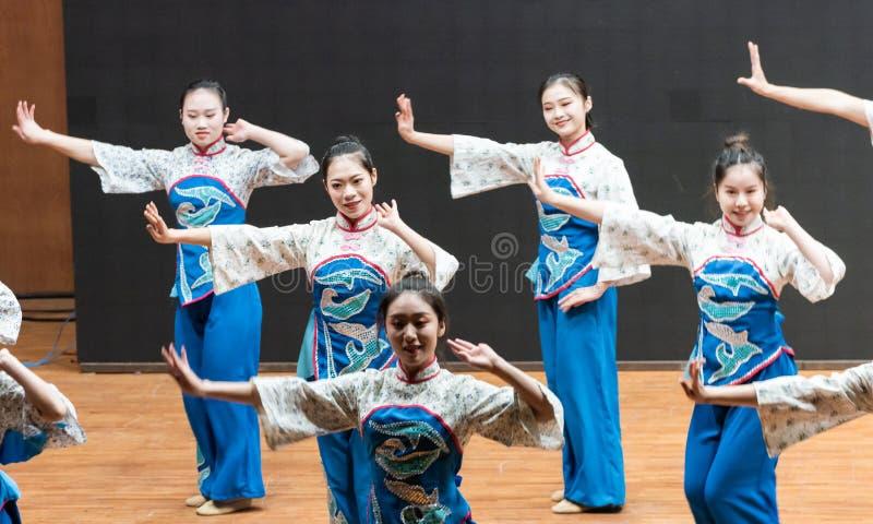 Репетиция танца 6-Teaching рудоразборки чая на уровне отдела танца стоковое фото rf