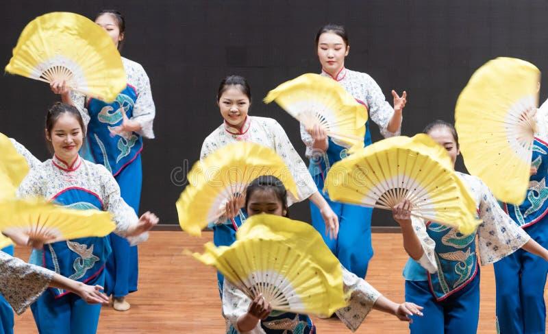 репетиция танца 1-Teaching рудоразборки чая на уровне отдела танца стоковые фотографии rf