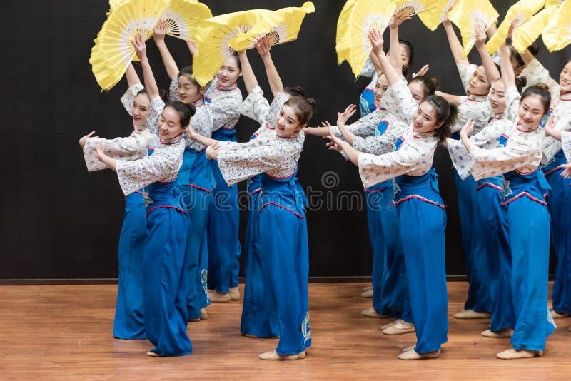 Репетиция танца 2-Teaching рудоразборки чая на уровне отдела танца стоковые фото