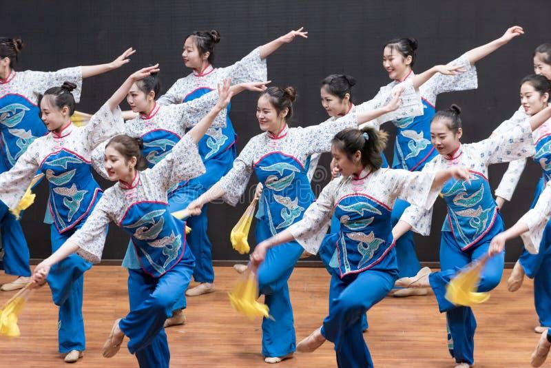 Репетиция танца 2-Teaching рудоразборки чая на уровне отдела танца стоковое фото rf