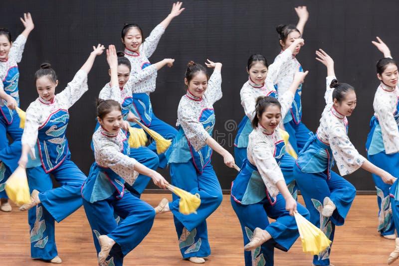 Репетиция танца 3-Teaching рудоразборки чая на уровне отдела танца стоковые изображения rf