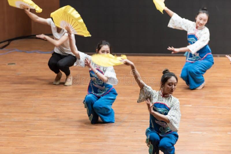 Репетиция танца 3-Teaching рудоразборки чая на уровне отдела танца стоковое фото