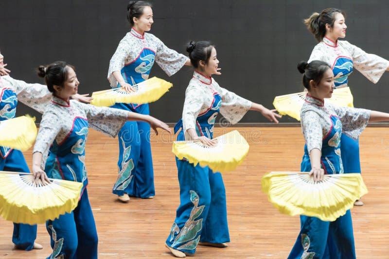 Репетиция танца 4-Teaching рудоразборки чая на уровне отдела танца стоковые фотографии rf