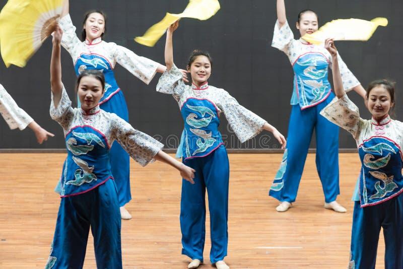 Репетиция танца 4-Teaching рудоразборки чая на уровне отдела танца стоковые изображения rf