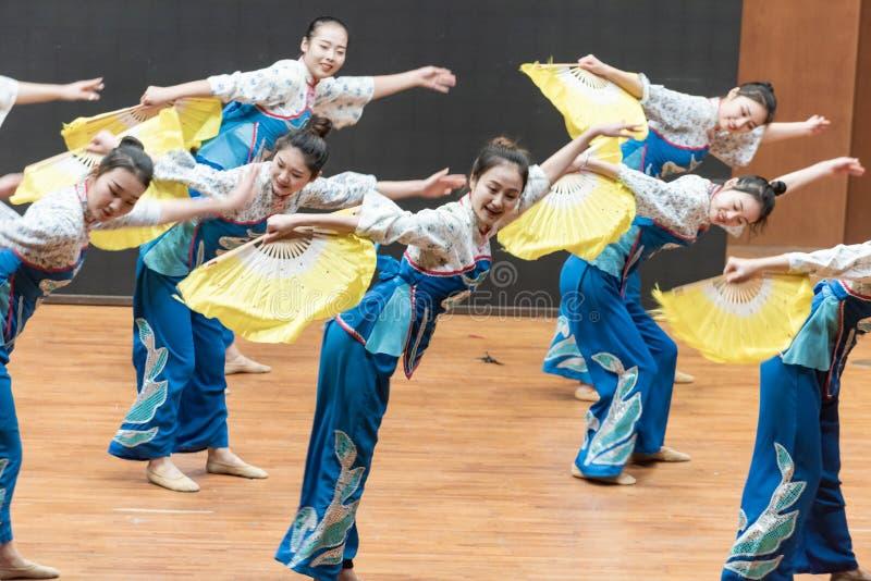 Репетиция танца 5-Teaching рудоразборки чая на уровне отдела танца стоковая фотография rf