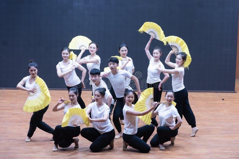 Репетиция танца 8-Teaching рудоразборки чая на уровне отдела танца стоковая фотография