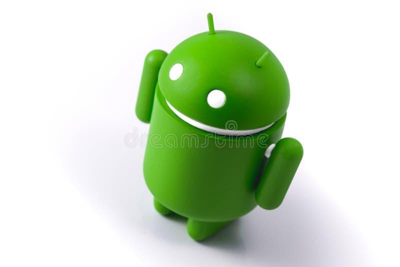 Реплика андроида стоя на белой таблице Андроид operatin стоковые изображения