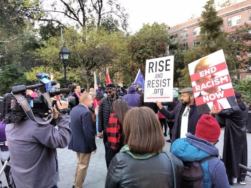 Репортер на политическом митинге, парк новостей квадрата Вашингтона, NYC, NY, США стоковые изображения rf