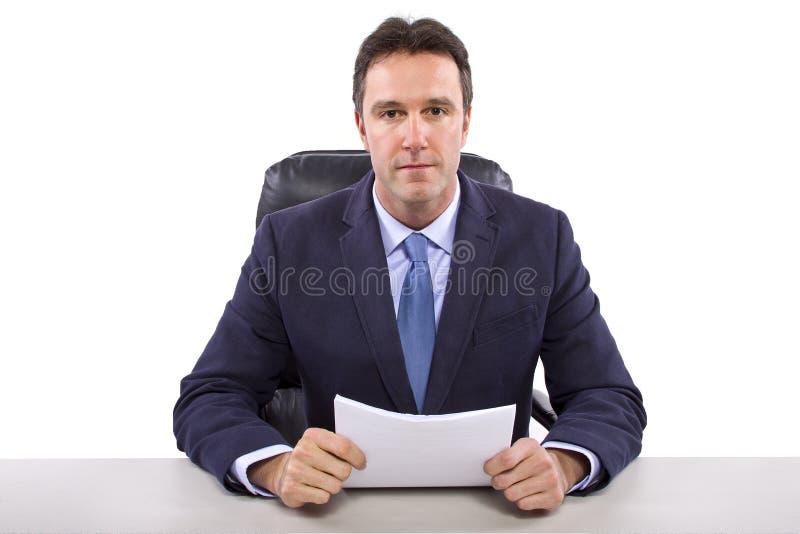 Репортер новостей на белой предпосылке стоковые фото