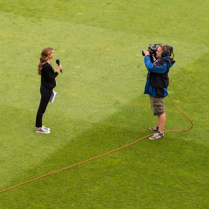 Репортер ТВ в передаче в реальном маштабе времени снаружи стоковые фото