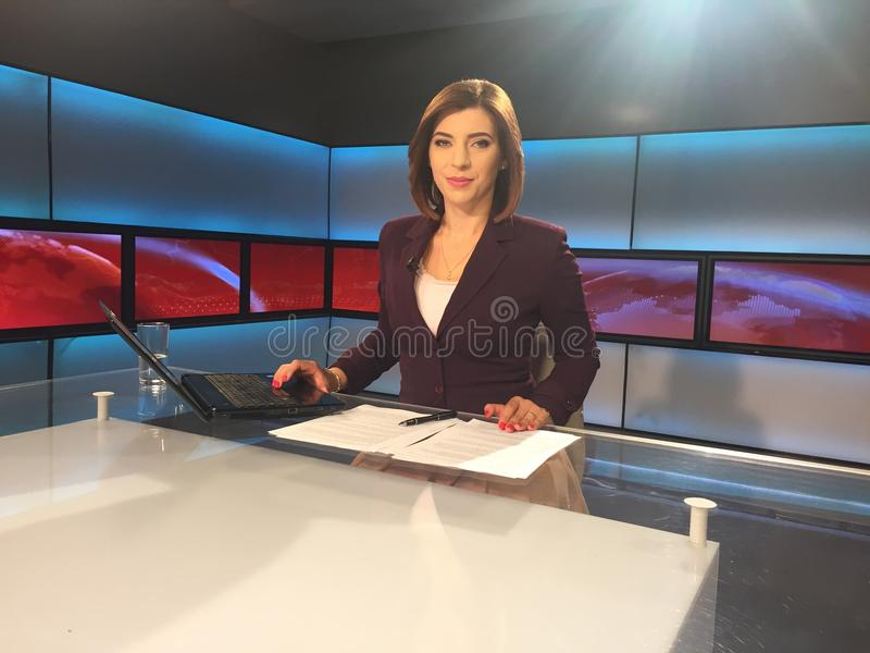 Репортер ТВ на столе новостей стоковая фотография rf
