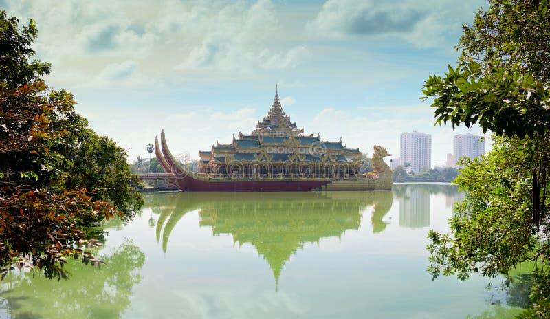 Реплика бирманской королевской баржи на озере Kandawgyi в Мьянме стоковое изображение rf