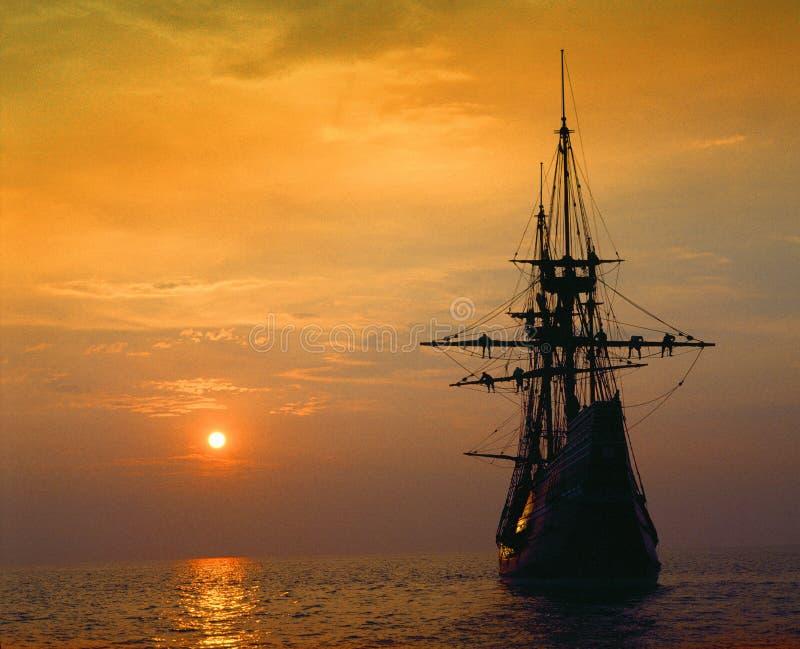 Реплика на глубоко - красном заходе солнца, Массачусетс Mayflower II стоковая фотография rf