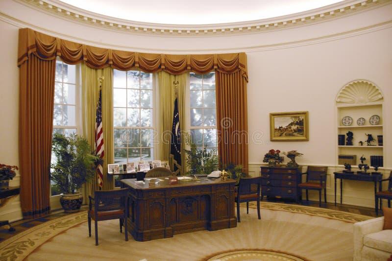Реплика офиса Белого Дома овального на архиве W Президентская библиотека Рейгана стоковое изображение rf