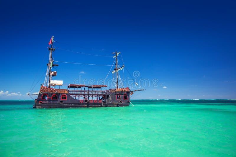 Реплика старого корабля в карибском море около Punta Cana стоковые изображения