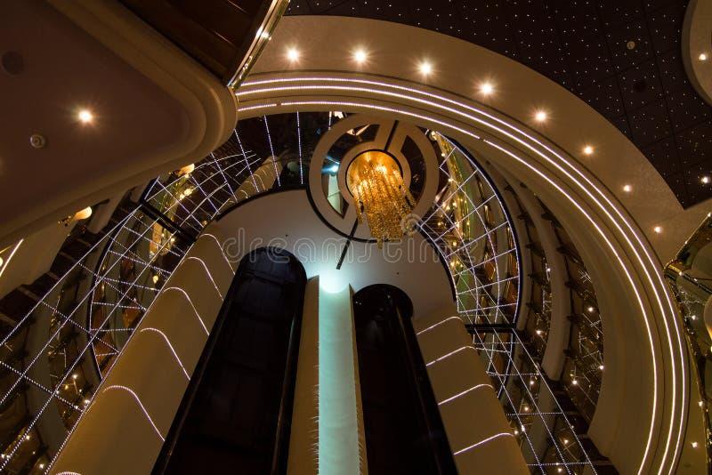 Респектабельный и сияющий дизайн интерьера с лифтами в роскошном туристическом судне стоковое изображение rf