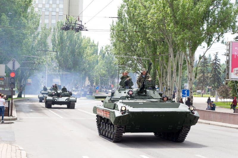 Республика людей Донецка, Донецка, †«9-ое мая 2019 Украины: Советский корабль штурма, armored танки T-72 и различные войска стоковые изображения