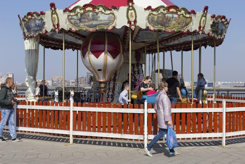 Республика Татарстана, Казани, может 3, 2018, дети едет на carousels, редакционных стоковые изображения rf