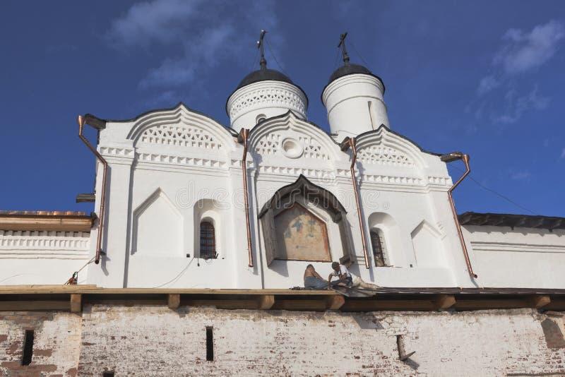 Реставрационные работы на церков строба Transfiguration нашего лорда в монастыре Kirillo-Belozersky Работники выполняют работу то стоковые фото