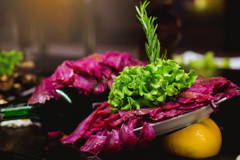 Ресторанное обслуживаниа обедающего шведского стола кухни кулинарное обедая концепция партии торжества еды стоковое изображение
