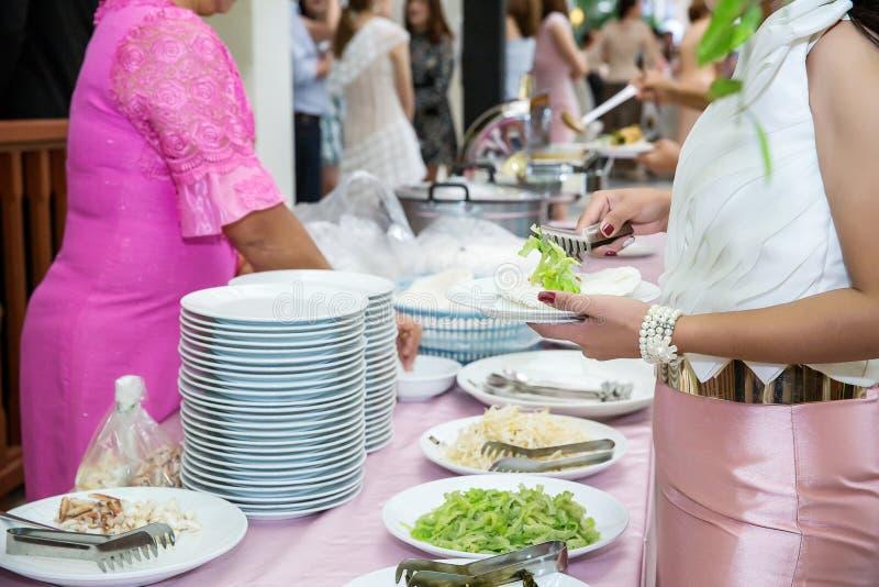 Ресторанное обслуживаниа шведского стола еды обедая ел партию деля концепцию стоковое фото
