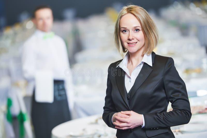 Ресторанное обслуживание Портрет менеджера ресторана стоковые изображения