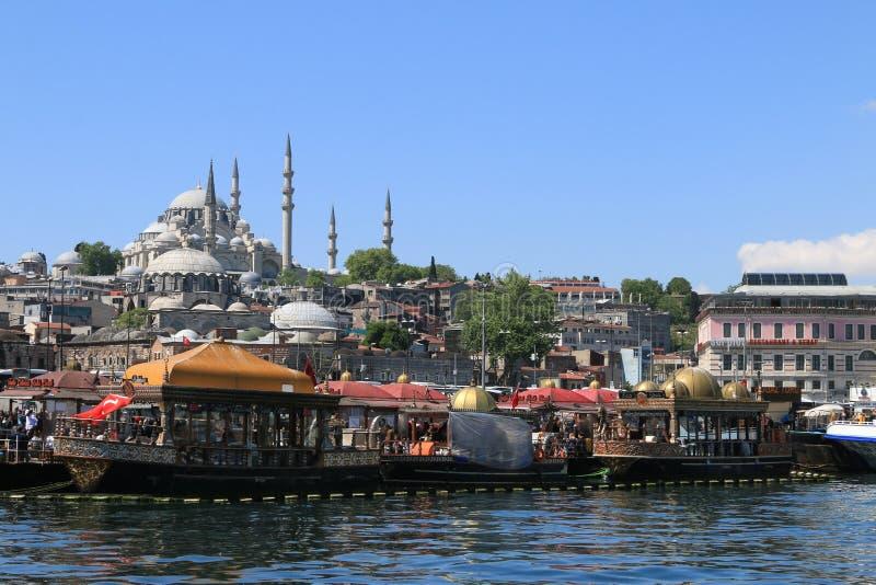 Рестораны рыб и хлеба ¼ мечети и Eminönà Suleymaniye стоковые фотографии rf