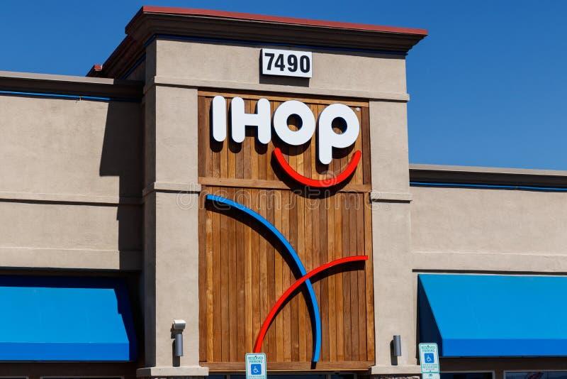 Ресторан блинчика IHOP Международный дом блинчиков расширяет их меню для включения бургеров II стоковая фотография rf