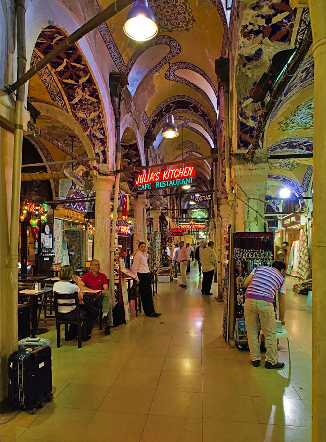 Ресторан в большом крытом рынке благотворительного базара в Стамбуле, Турции стоковое фото rf