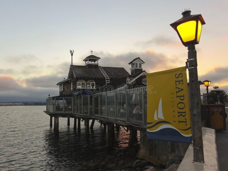Ресторан в селе морского порта на сумраке стоковые фото